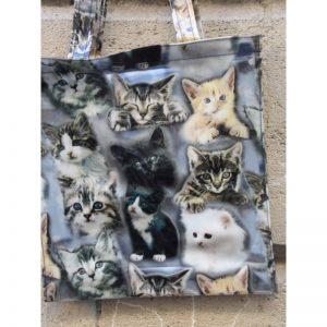 Petit sac decoré de différentes têtes de chats